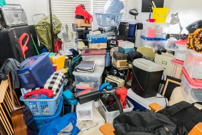 Rumah yang berantakan dan penuh barang harus di-decluttering