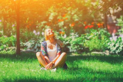 berjemur mendapatkan sinar matahari