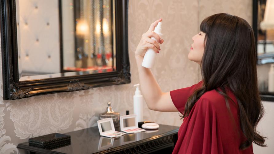Semprotkan face mist di sela-sela pemakaian produk make up