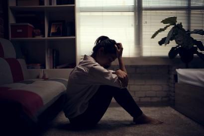 Salah satu gejala depresi adalah menyendiri dan tidak mau bertemu orang lain