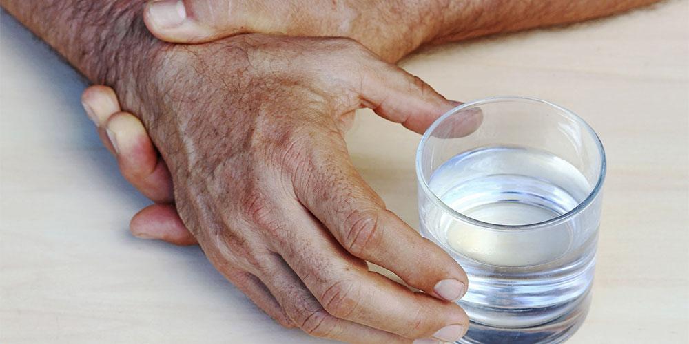 Tangan yang tremor merupakan salah satu gejala ekstrapiramidal