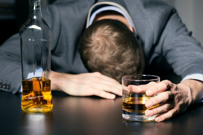 Mengonsumsi alkohol secara berlebihan tanpa diimbangin makanan dapat menyebabkan hipoglikemia