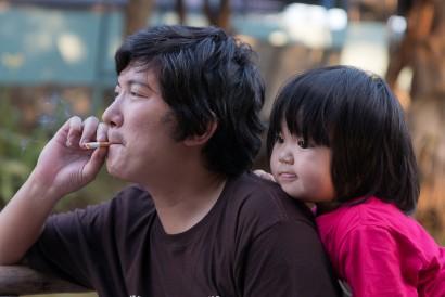 Merokok di dekat anak akan memperparah gejala sakit maag yang Si Kecil rasakan