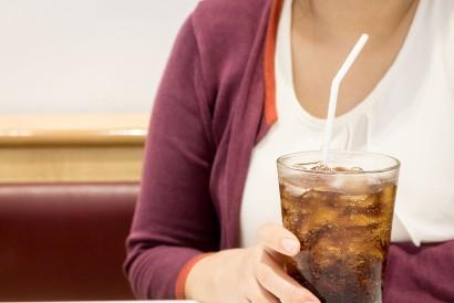 Hindari mengonsumsi minuman tinggi kalori seperti soda