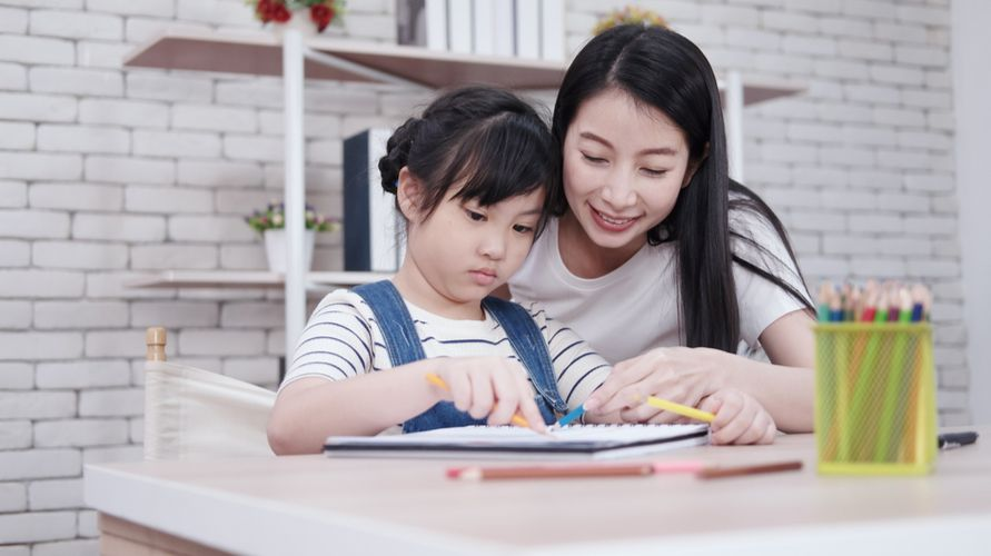 Anak perempuan bersama ibunya