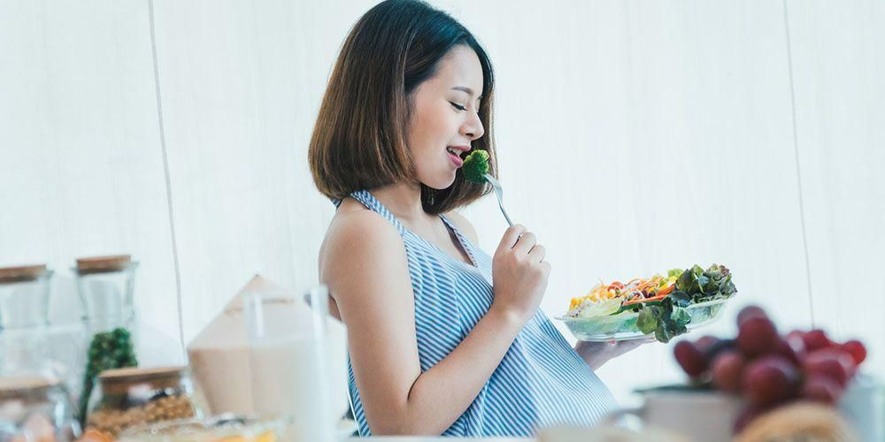 Kebanyakan makan juga bisa menyebabkan perut terasa kencang saat hamil 7 bulan