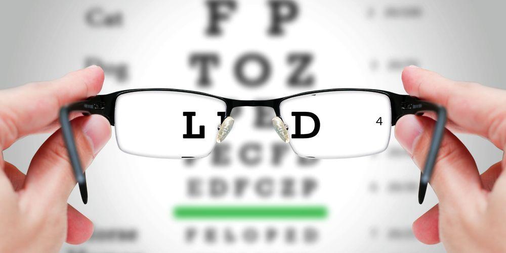 Lensa kacamata adalah komponen penting dari fungsi kacamata yang Anda gunakan