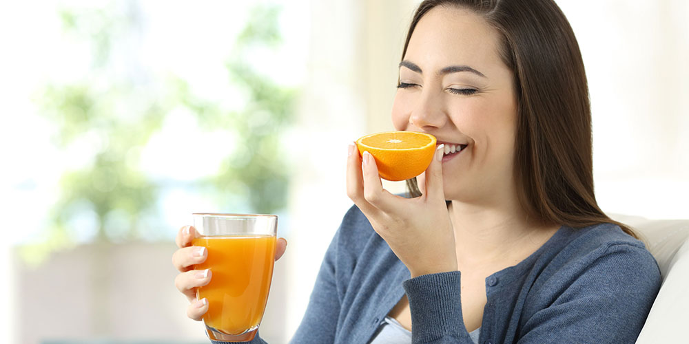Mengonsumsi vitamin C dari sumber alaminya seperti jeruk