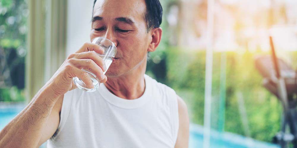 Rutin minum air putih bisa menjadi obat asam urat alami