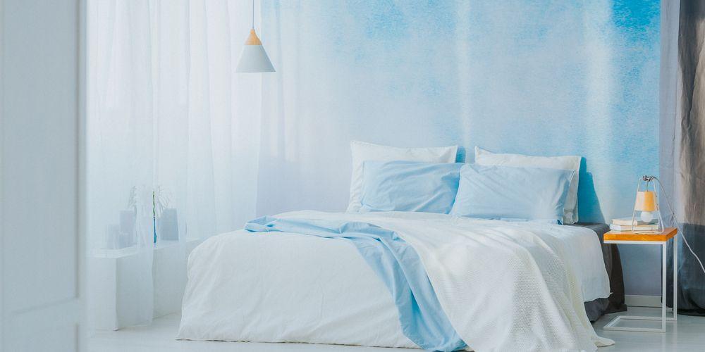 Cat kamar tidur yang menenangkan adalah biru langit