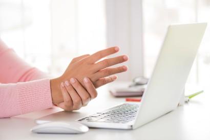 Karoshi atau jam kerja yang terlalu panjang dapat menyebabkan cedera pada pergelangan tangan