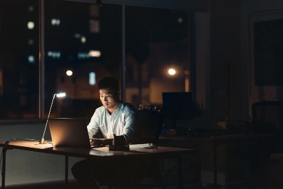 Karoshi berbeda dengan workaholic atau orang yang kecanduan bekerja