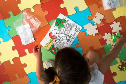 Anak dengan kecerdasan logis matematis senang bermain puzzle