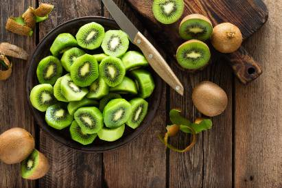 Buah kiwi sebagai isian salad buah untuk diet
