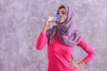Salah satu komplikasi diare adalah dehidrasi yang ditandai dengan rasa haus berlebihan