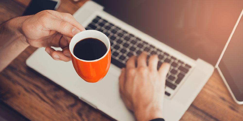 Selain mandi setelah begadang, minum kopi bisa jadi cara mengusir kantuk