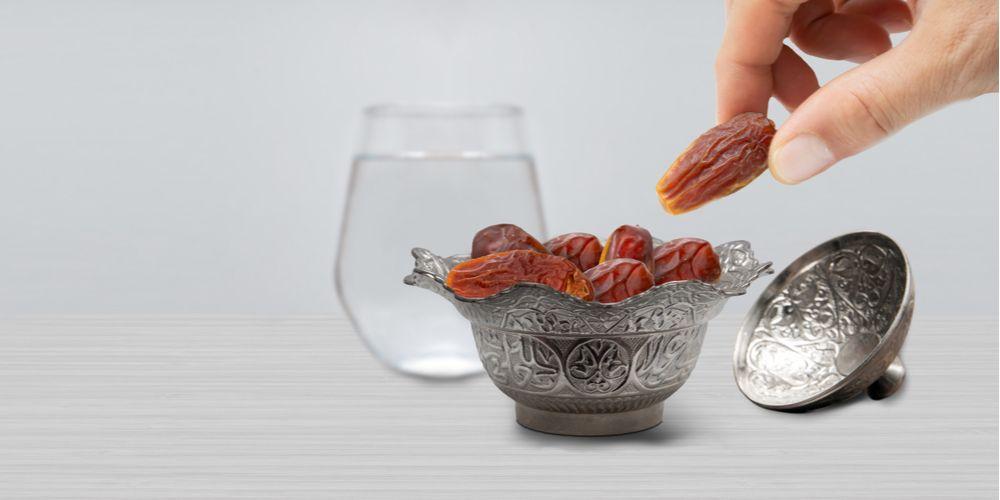 Tips mencegah lemas saat puasa dengan tidak makan berlebihan saat buka