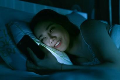 Main hp di kasur akan mengganggu kualitas tidur