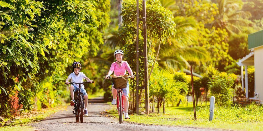 Tips aman bersepeda gunakan helm dan sepatu saat berolahraga