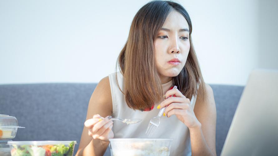 Kebiasaan makan sambil menonton atau melakukan hal lain bisa membuat Anda gemuk