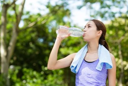 Jaga tubuh tetap terhidrasi dengan minum air putih setelah olahraga