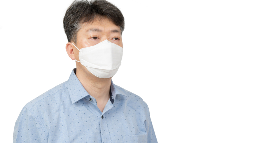 Kenakan masker ketika berada di luar rumah dan bertemu dengan orang yang tidak serumah