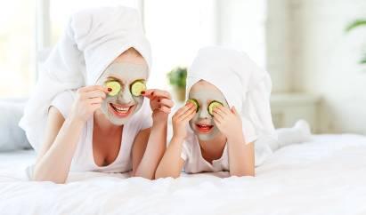 Anak dan ibu pakai masker wajah