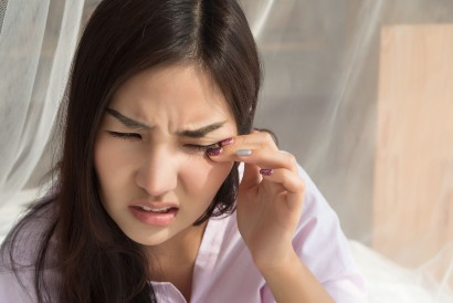 Iritasi ringan dapat menyebabkan mata merah saat bangun tidur