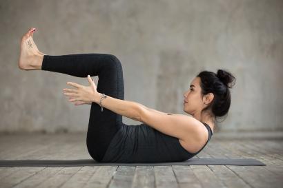 Salah satu olahraga setelah melahirkan adalah dengan latihan otot punggung
