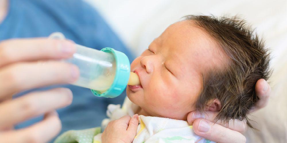 Memberikan susu hipolaergenik dengan botol dot pada bayi baru lahir