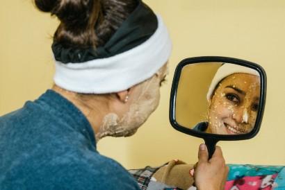 Anda bisa memutihkan wajah menggunakan masker oatmeal