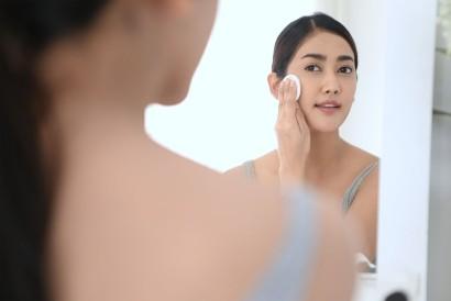 Rajin membersihkan wajah setelah beraktivitas akan membantu memutihkan wajah secara alami