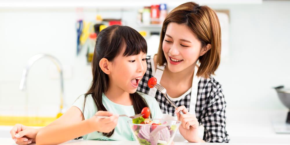 Ajari anak makan sayur dengan memberinya contoh