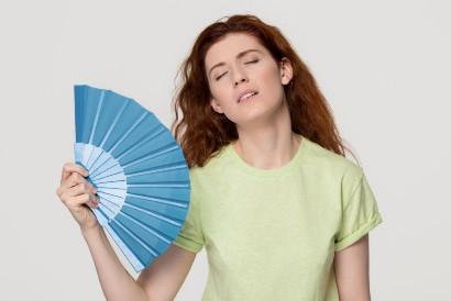 Gunakan kipas untuk mengatasi sering berkeringat di wajah