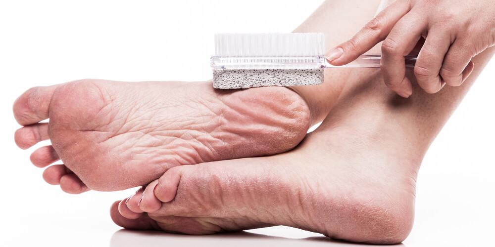 Menggosok kaki dengan batu apung akan mengikis kotoran