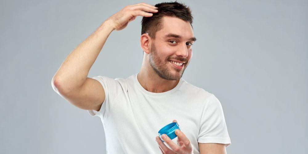 Penyebab rambut kering pria adalah penggunaan produk perawatan rambut pria