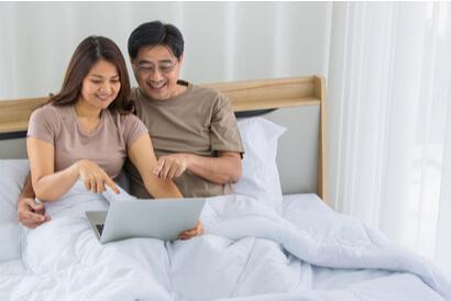 Mengembalikan gairah setelah menopause bisa dilakukan dengan bersama-sama memikirkan aktivitas bercinta yang menyenangkan bersama pasangan