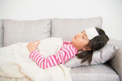 Mengompres dapat membantu menurunkan suhu tubuh anak yang terkena malaria