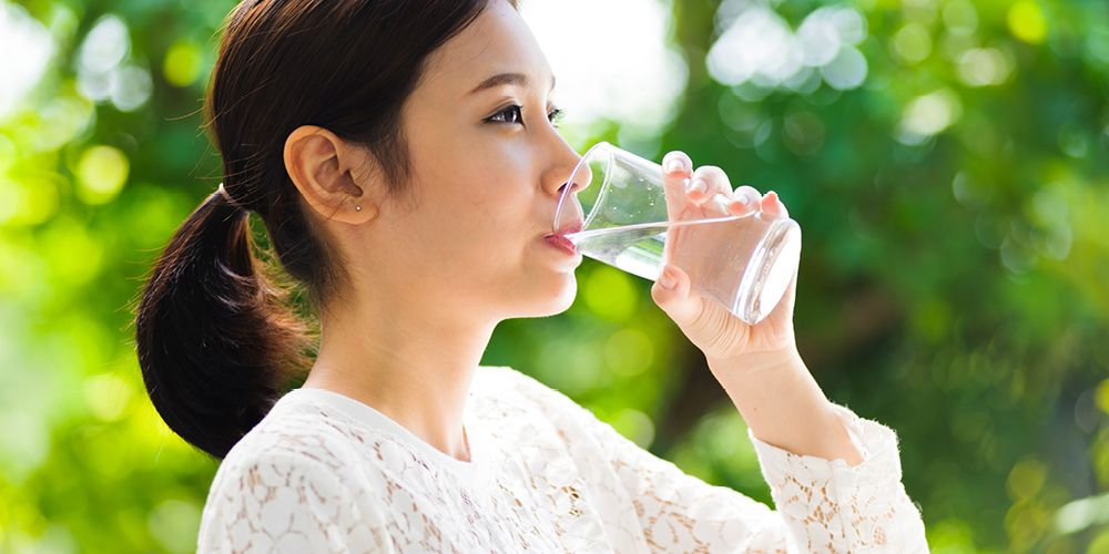Selalu minum air putih agar keseimbangan liur terjaga