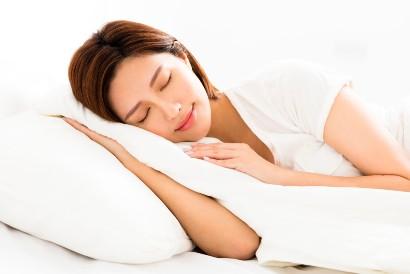 Atur posisi tidur agar tidak memberi tekanan pada telinga yang sakit
