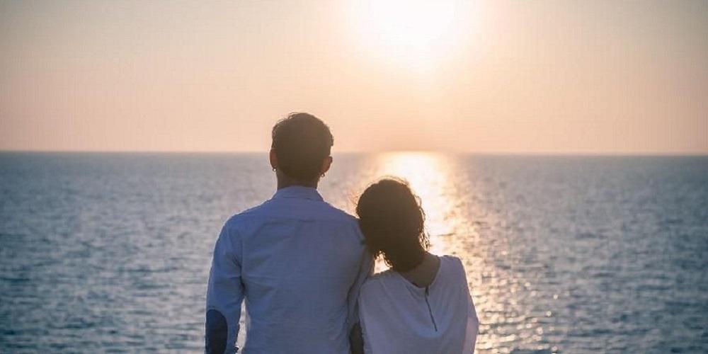 Tanda wanita jatuh cinta salah satunya sering menyenderkan badan ke arah Anda