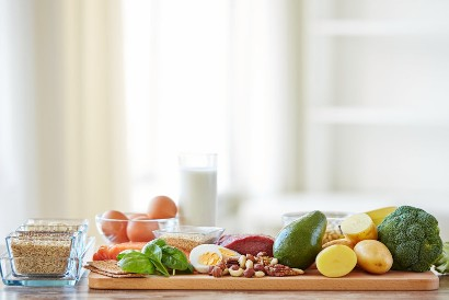Mengonsumsi makanan bernutrisi seimbang merupakan langkah pencegahan osteoporosis