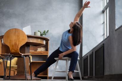 Pose yoga duduk juga bisa dilakukan di kursi