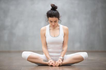 Pose yoga duduk baddha konasana cocok dilakukan oleh Anda yang sering duduk berjam-jam