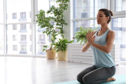 Pose yoga duduk vajrasana  akan membantu meningkatkan kelenturan tulang belakang, dada, paha