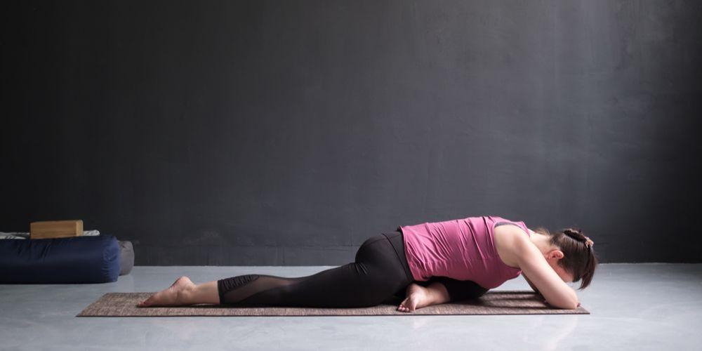 Pigeon pose yoga saat sudah melipat tubuh ke depan