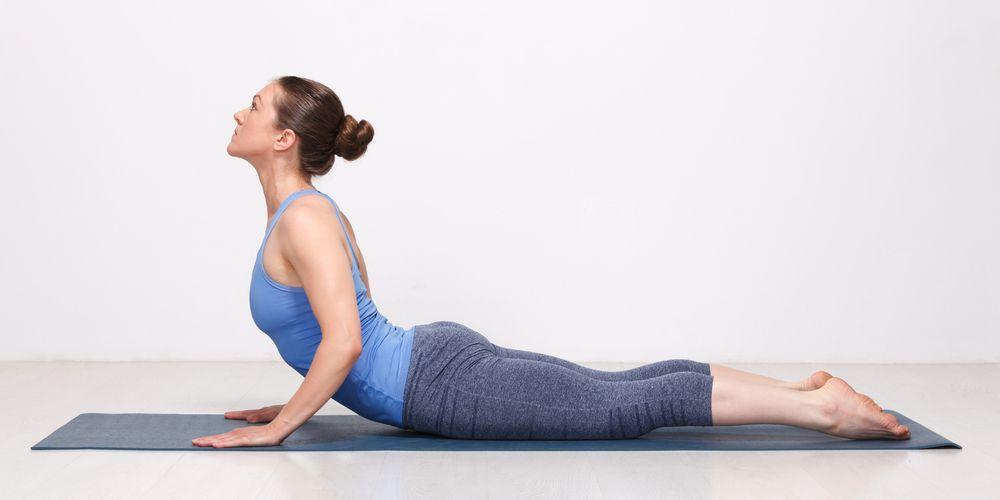 Gerakan olahraga yoga cobra pose dapat membantu mengencangkan payudara