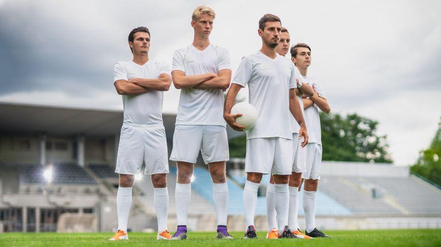 Pengertian sepak bola adalah olahraga yang dimainkan 2 tim dengan tujuan memasukkan bola ke dalam gawang lawang