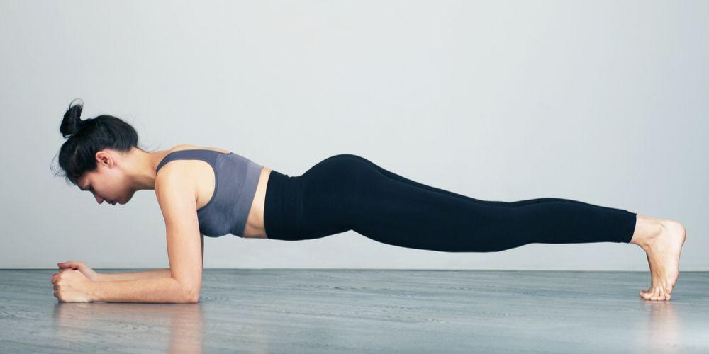 Gerakan plank yang penting diperharikan adalah posisi kepala, punggung dan kaki yang segaris lurus