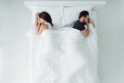 Posisi tidur membelakangi tanpa bersentuhan menjadi tanda kemandirian dalam hubungan